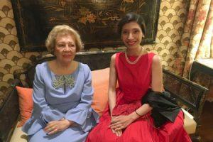 Mayte Spínola Carolina Andrada mujeres sentadas en sofa con trajes de gala