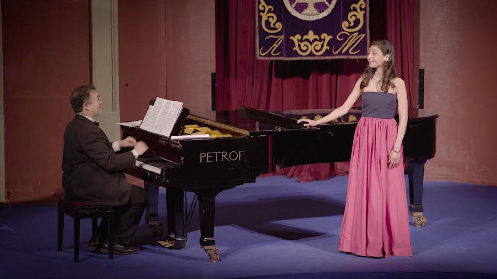 carolina andrada chica cantando juntoa  pianista en teatro