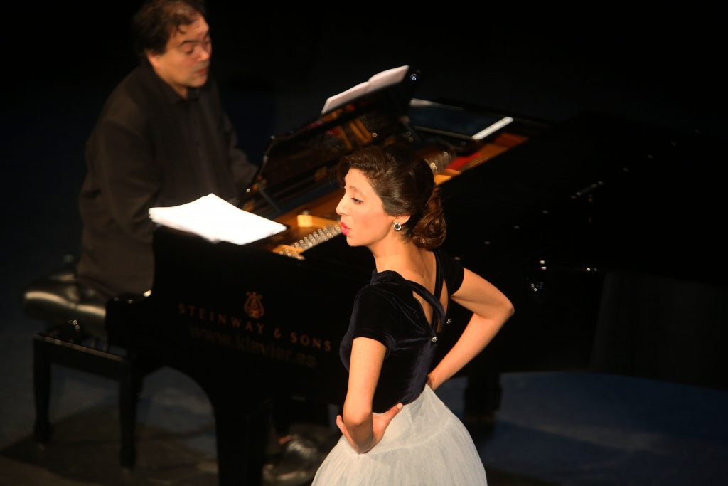 concierto de opera carolina andrada teatro hombre tocando piano